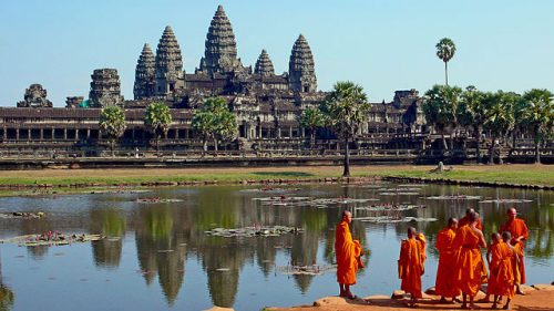 Buddhist_monks_in_front_of_Angkor_Wat