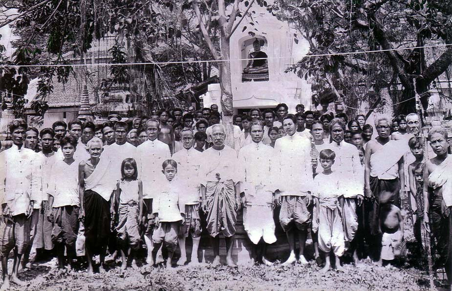 Caption: Early inquests were often held on the grounds of Buddhist temples, where state officials and police would gather to inspect the corpse and collect statements from witnesses.  Records of these inquests described crowded scenes, such as in this picture of civil servants and villagers from the turn of the twentieth century.  Image courtesy of the National Archives of Thailand, image # ภ.001 หวญ.4/5.