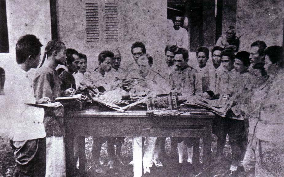 Forensic concern for the dead in Siam developed at around the same time as early efforts to train Siamese physicians in western medicine.  In this image, Dr. George B. McFarland (seated, at center), an American physician who worked for the Siamese state, instructs students at the royal medical college over what appears to be a corpse (archival records suggest that it was in fact a model procured from Japan for educational purposes).  Courtesy of the National Archives of Thailand, image # 2.ภ.002 หวญ.36/26.