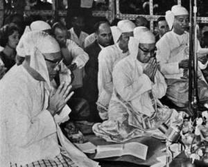 U Nu paying obeisance to the Buddha in 1961 ceremonies marking Vesak.