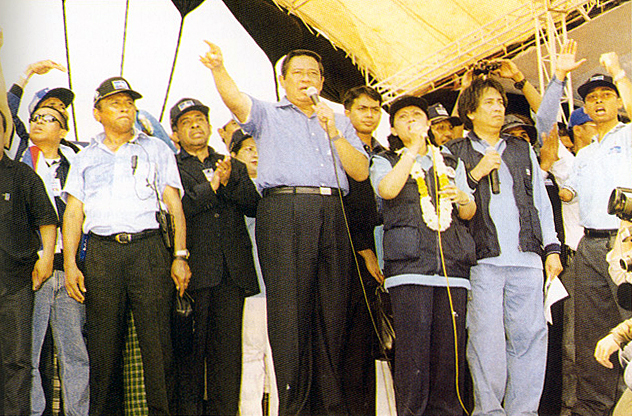 An elections rally in 2004. Considered as the starting point for popular democratization did not necessarily sterilize politics from shamanism.