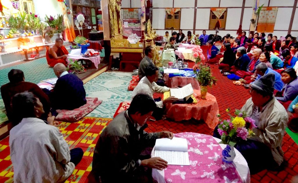 Lay precept-keepers listening to the recitation of Buddhist texts in Palaung language, a temple in Kalaw, Shan State. (Photo by T. Kojima)​